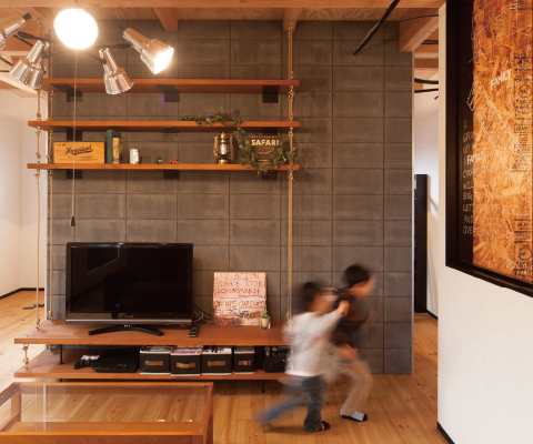 頑強なブロックと棚を吊るロープのラフなブレ感の対比