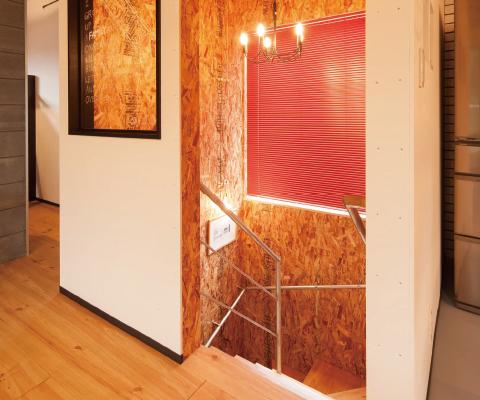 階段室は構造用合板を全面に使用