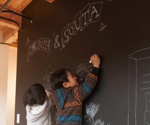 子ども部屋には黒板塗料を塗った壁