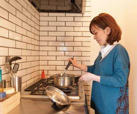 キッチンの個性を受け止められる大きめのタイル