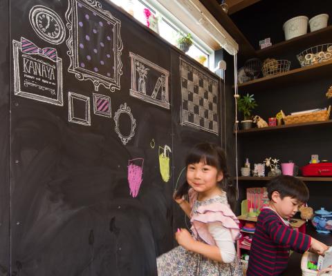 ダイニング横の壁には黒板塗料