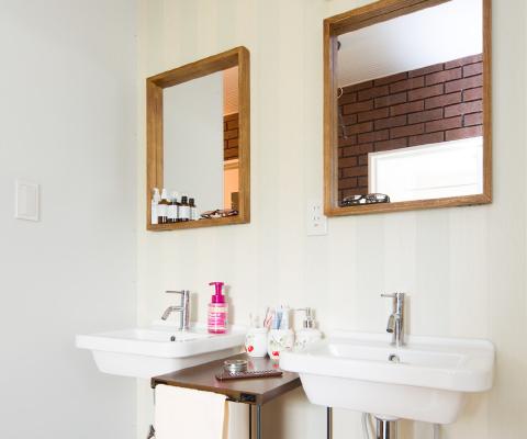鏡に映るレンガの壁