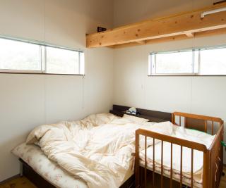 シンプルで温かみのあるベッドルーム