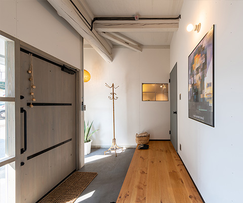 光の取り入れ方が綺麗な玄関扉の両サイドガラス